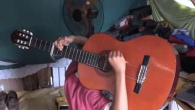 Photo of Video: el niño dominicano que es fan de Romeo y toca la guitarra al revés