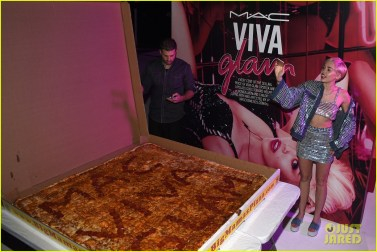 miley-cyrus-giant-piece-of-pizza-viva-glam-launch-03