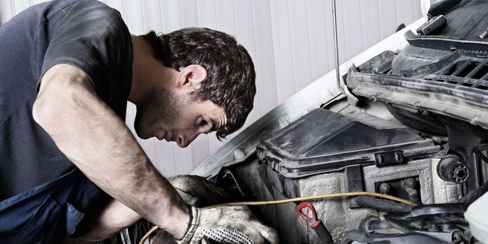 ¿Qué líquidos debes revisar en tu auto antes de salir a carretera?