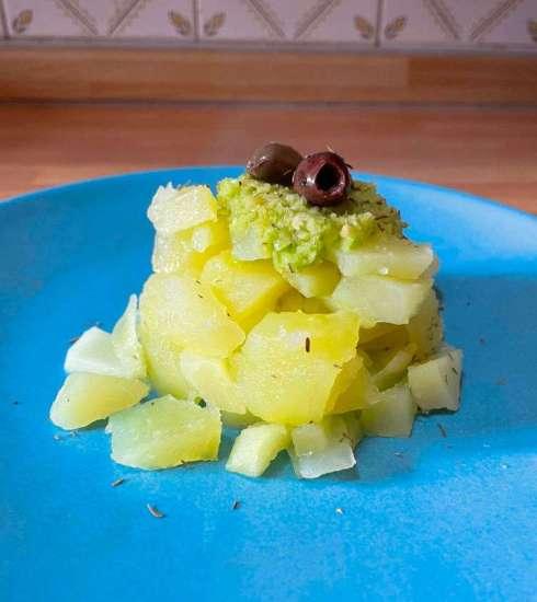 Quootip | Tortino di patate con salsa al sedano, olive taggiasche, capperi e timo