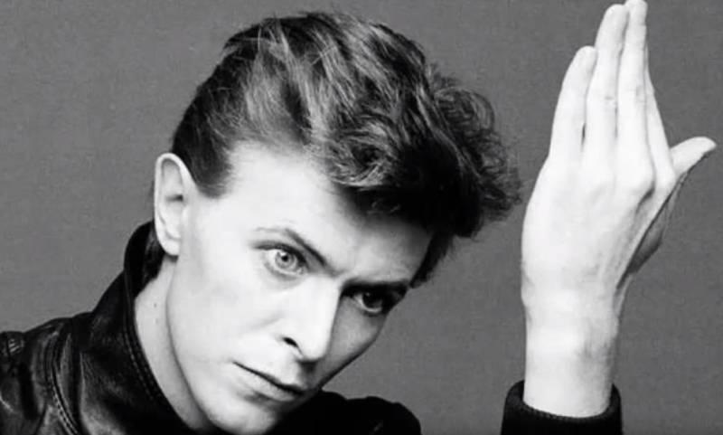 HEROES 1978 - Per chi scrive il miglior disco di David Bowie. Non esiste niente di nemmeno vagamente simile: al di là della bellezza della title track, il disco tutto è permeato del plumbeo clima della Berlino divisa dal muro. Agli Hansa TonStudio Bowie canta a varie distanze dal microfono, Eno costringe i musicisti a seguire le 'strategie oblique' e Fripp in una notte registra parti di chitarra che fanno la storia del rock. Capolavoro. Pezzo chicca: 'Joe The Lion'