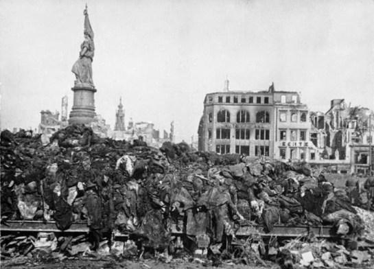 Dresden,_Tote_nach_Bombenangriff