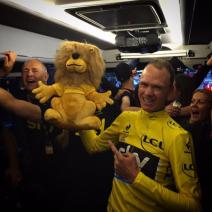 chris-froome-in-the-bus