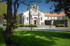 800px-Iglesia_de_Santa_María_de_Cambre_2006