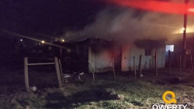 Photo of Bombeiros combatem fogo em residência