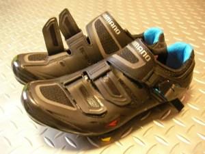 半月板損傷の既往による膝の痛みと自転車用シューズ。