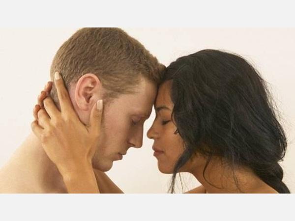 5 أماكن في جسم الرجل تحب المرأة أن تلمسها Ra2ed