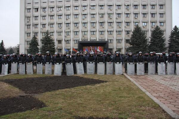 Ukraine Police separate the two sides