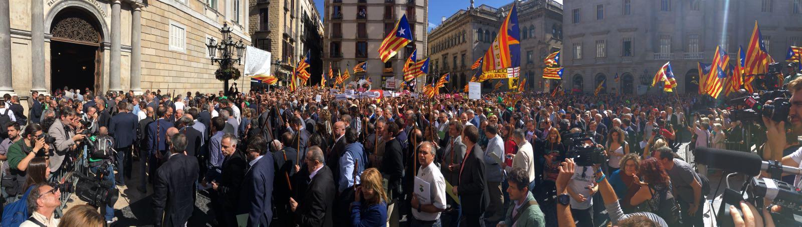 La Plaza de Santiago, llena de alcaldes.  // RAC1 / Adrià Santasusagna