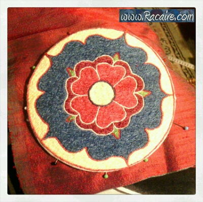 2015-05_Racaire_14th-century-Klosterstich-rose-reliquary-box_sewing-the-top-lid_08