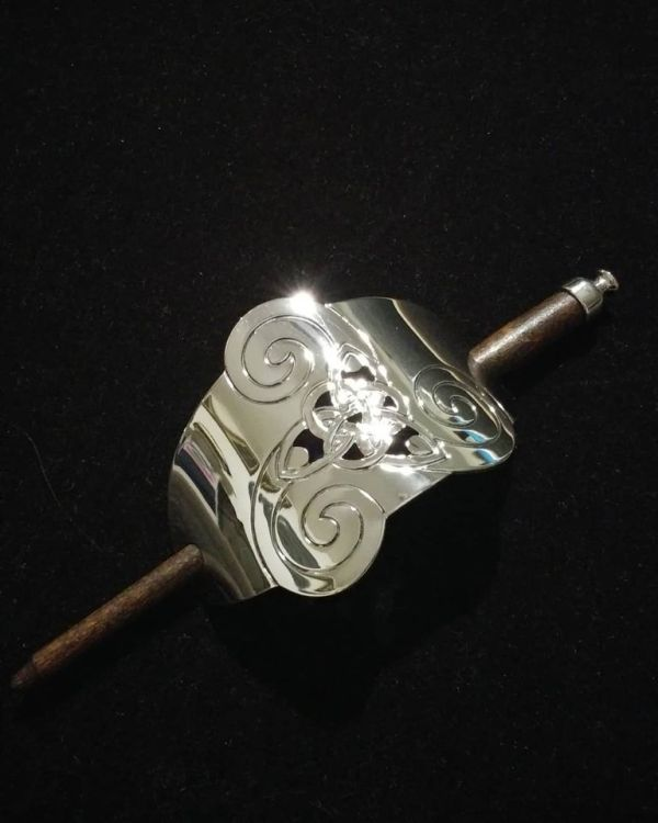 Beautiful hair stick in silver color with triskele & celtic knot. Has a good weight and a lovely shine - very pretty jewelry for your hair!