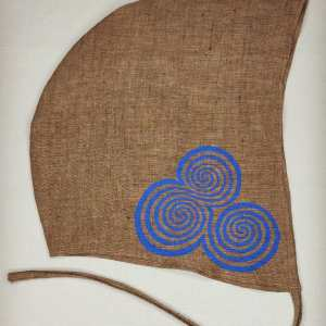 Large brown linen coif/arming cap made from lovely brown linen fabric, handprinted in blue with a hand carvedtriple spiral stamp based on Neolithic artwork from the Newgrange site in Ireland. Ready to wear, pre-washed fabric! The coif is machine washable!