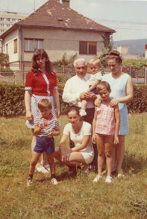 Dlhoročný račiansky školník Štefan Bednarič (v strede)