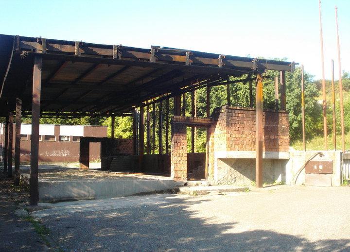 Amfiteáter a najmä centrálna budova s pódiom v Knižkovej doline ostali po požiari značne poškodené.