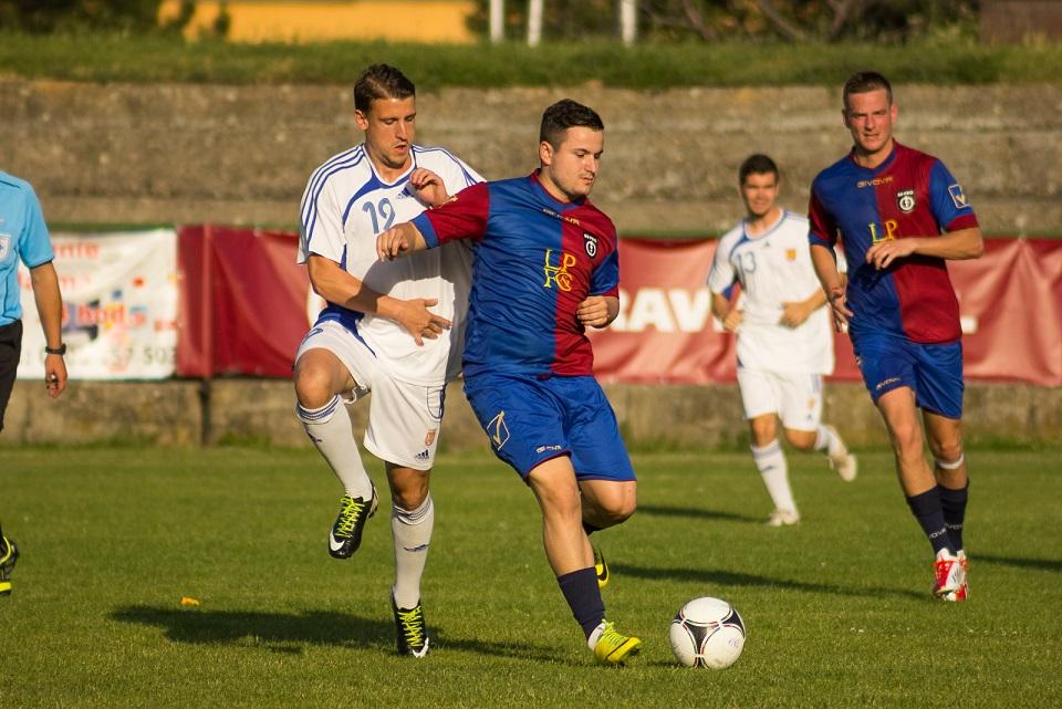Andrej Kalina (FK Rača) v tmavom počas exhibičného zápasu s tímom Jara Janusa