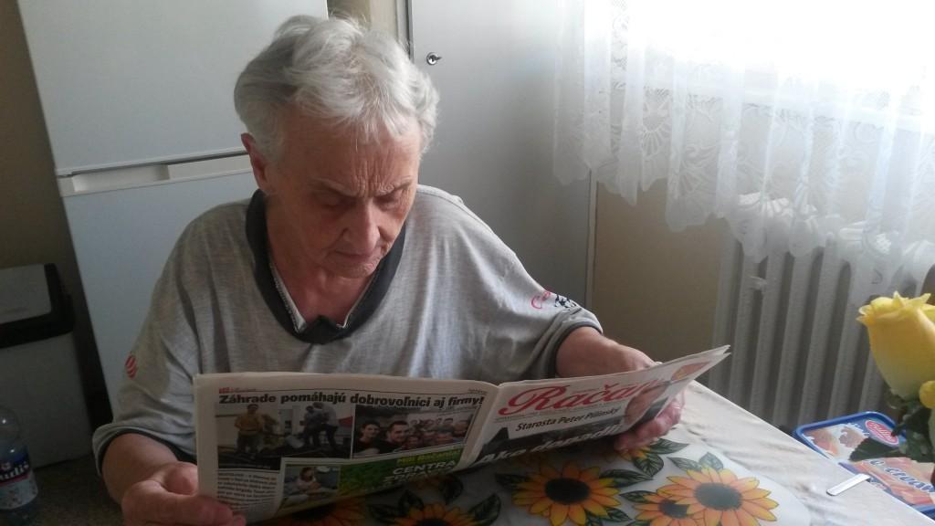 Dcéra Pištu Skalu – Ernestína Polakovičová – si číta článok o svojom otcovi.