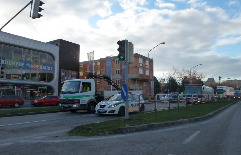 Račianska ulica uzavretá, autá odkláňajú na Gaštanovom hájiku.