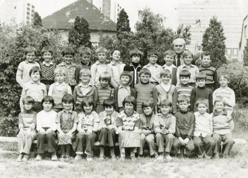 Základná škola na Čachtickej, 1979/80. Trieda so známym učiteľom Lopašovským.
