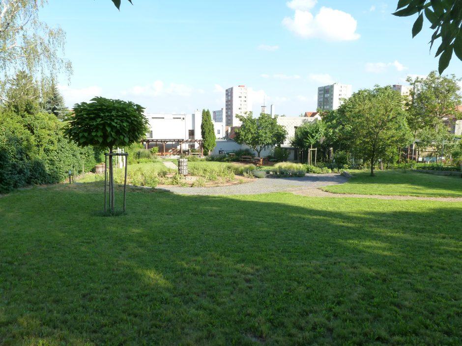Obecná záhrada Rača poskytne priestor na relax či menší piknik s deťmi.