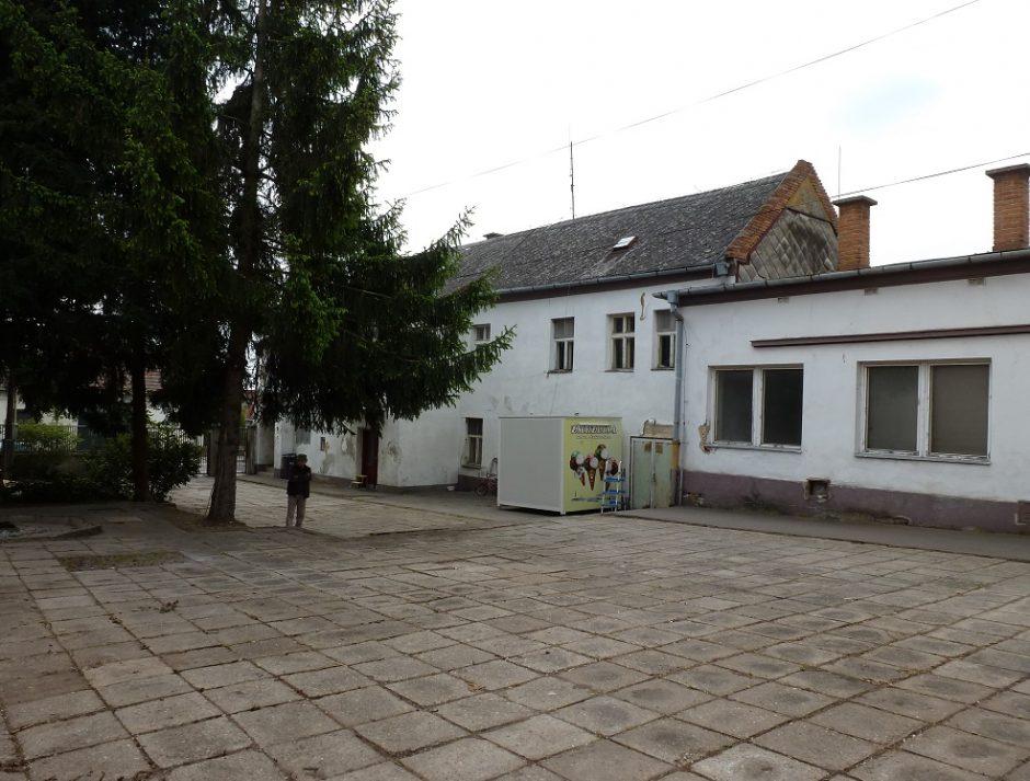 Areál bývalej školy na Alstrovej ulici. Nádvorie.