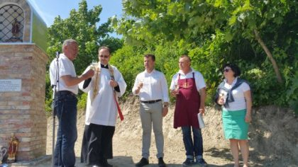 Požehnanie sochy Sv. Urbana, zľava Dušan Žitný, farár Zdenko Sitka, starosta Peter Pilinský, Milan Ábel a Anna Píchová z MVC.