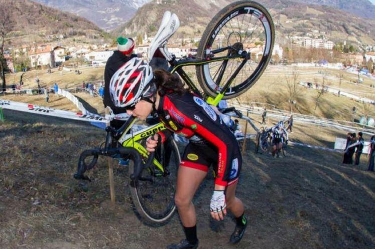 Francesca Selva impegnata in una gara di ciclocross
