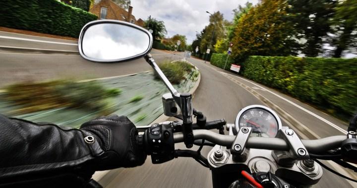 Tragedia sulla A26: padre e figlio cadono dalla moto