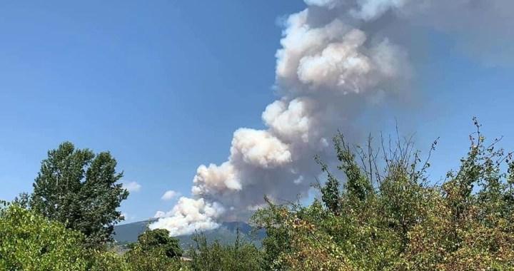 Brucia la montagna vicino all'Aquila
