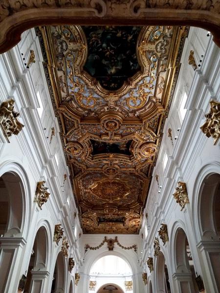 L'interno di San Bernardino lascia a bocca aperta, con le pareti di un bianco accecante e il tripudio d'oro del soffitto.