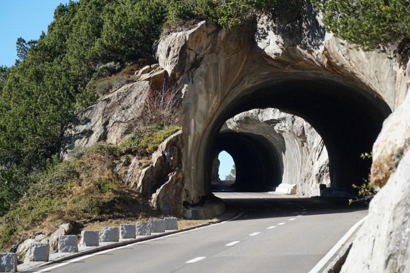 Unzählige kleine Tunnel auf dem Weg hinauf zum Pass