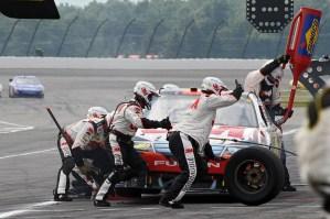 2010_Pocono_Aug_NSCS_race_Greg_Biffle_pit_stop