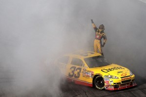 2010_NHMS_Sept_NSCS_race_Clint_Bowyer_burnout