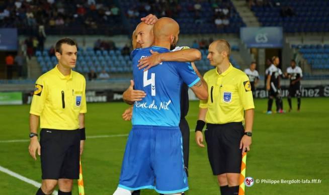 Les deux capitaines Sikimic et Pelé qui s'estiment beaucoup
