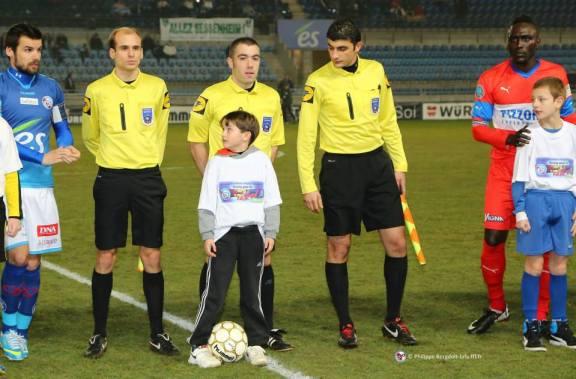 Le trio d'arbitres avec M Nicolas DJUBANOWSKI, l'arbitre central, avec les deux capitaines Pinaud et Fall