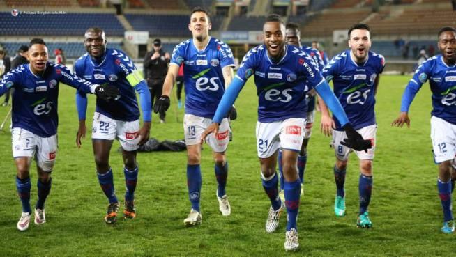 Aguemon, Seka, Blayac, Salmier, N'Dour, Oliveira, Amofa fêtent ce succès contre le leader avec enthousiasme...