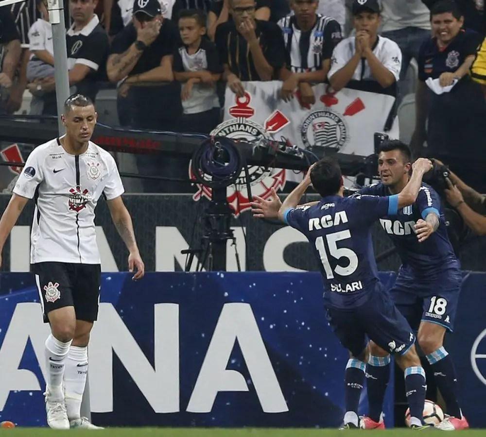 Racing vence a Vélez y se afianza en zona de Copa Libertadores