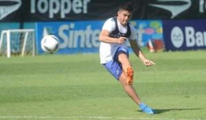 Fernando Valenzuela le pega a la pelota en la cancha auxiliar del Cilindro.