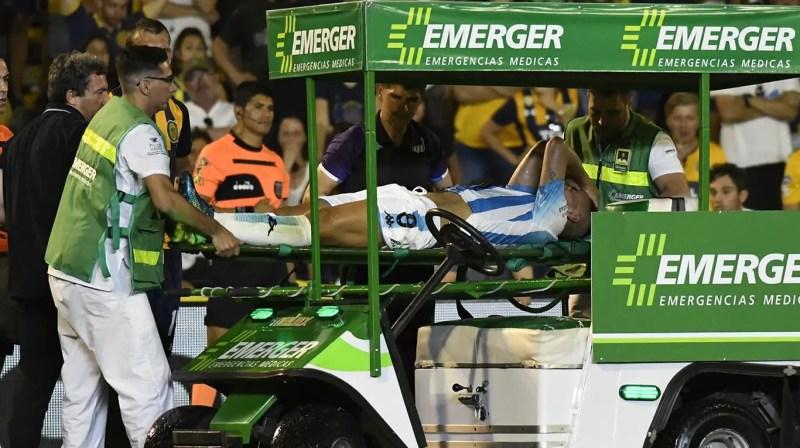 El volante de Racing es retirado en carrito, luego de su lesión en la rodilla