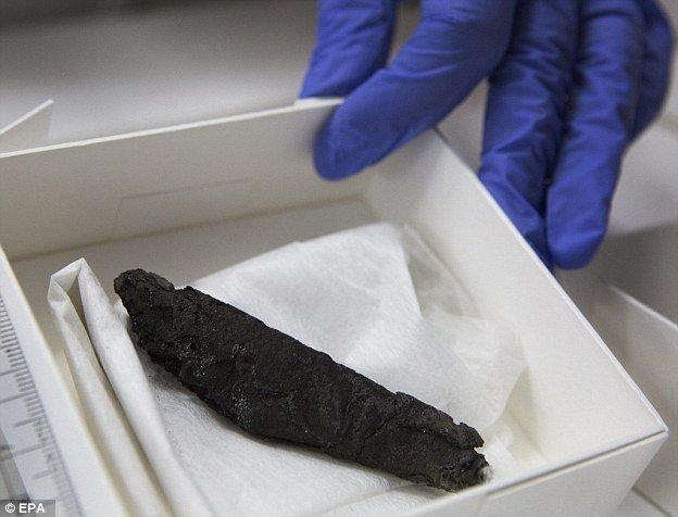 O pergaminho En-Gedi descoberto em 1970 foi mantido em depósito até que uma nova tecnologia tornou possível lê-lo.
