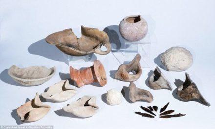Entre os artefatos encontrados no local estão algumas lâmpadas de óleo, selo de impressão, colheres de grãos, jarros, bacias e pontas de flechas. Foto: Israel Antiquities Authority