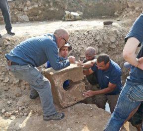 Latrina (banheiro) de pedra descoberto no santuário escondido nas ruínas da cidade de Laquis. Acredita-se que foram instalados como parte de uma repressão aos cultos religiosos pelo rei Ezequias. Foto: Israel Antiquities Authority