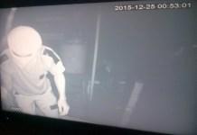 Maling terekam CCTV saat beraksi