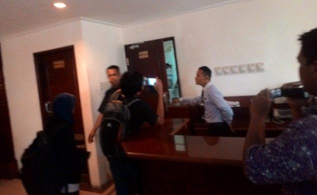(foto. Ned) Petugas menhindari wartawan yang menunggu hasil investigasi