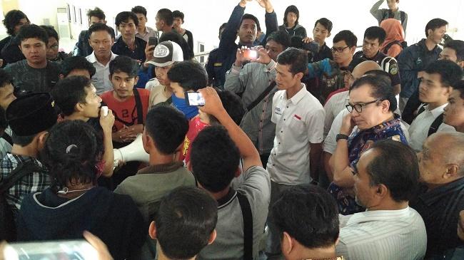 Tantowi Yahya bersama mahasiswa