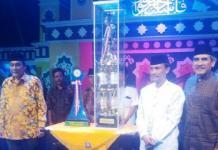 Wabup Serang Pandji Tirtayasa (kiri) menyerahkan piala juara umum.