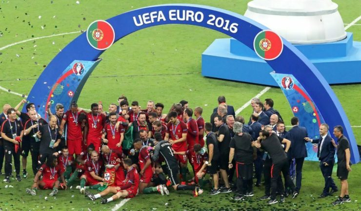 epa05419698 Players of Portugal celebrate with the trophy after the UEFA EURO 2016 Final match between Portugal and France at Stade de France in Saint-Denis, France, 10 July 2016. Portugal won 1-0 after extra time. (RESTRICTIONS APPLY: For editorial news reporting purposes only. Not used for commercial or marketing purposes without prior written approval of UEFA. Images must appear as still images and must not emulate match action video footage. Photographs published in online publications (whether via the Internet or otherwise) shall have an interval of at least 20 seconds between the posting.) EPA/SRDJAN SUKI EDITORIAL USE ONLY