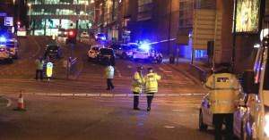 22mai2017-area-isolada-pela-policia-nas-proximidades-da-manchester-arena-em-manchester-apos-atentado-terrorista-1495500566787_956x500
