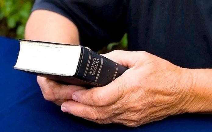 Diário de Missões: Cristão distribui clandestinamente Bíblias numa aldeia na Arábia e resultado é incrível