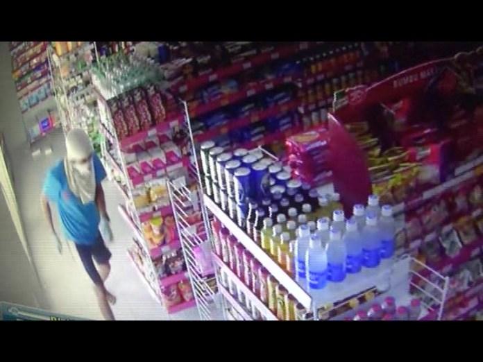 Pelaku Bertopeng Terekam Kamera Pengintai, Gasak Puluhan Kotak Rokok