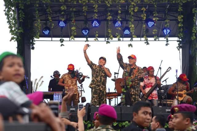Gubernur Duet Dengan Iwan Fals Di Acara HUT TNI ke-71